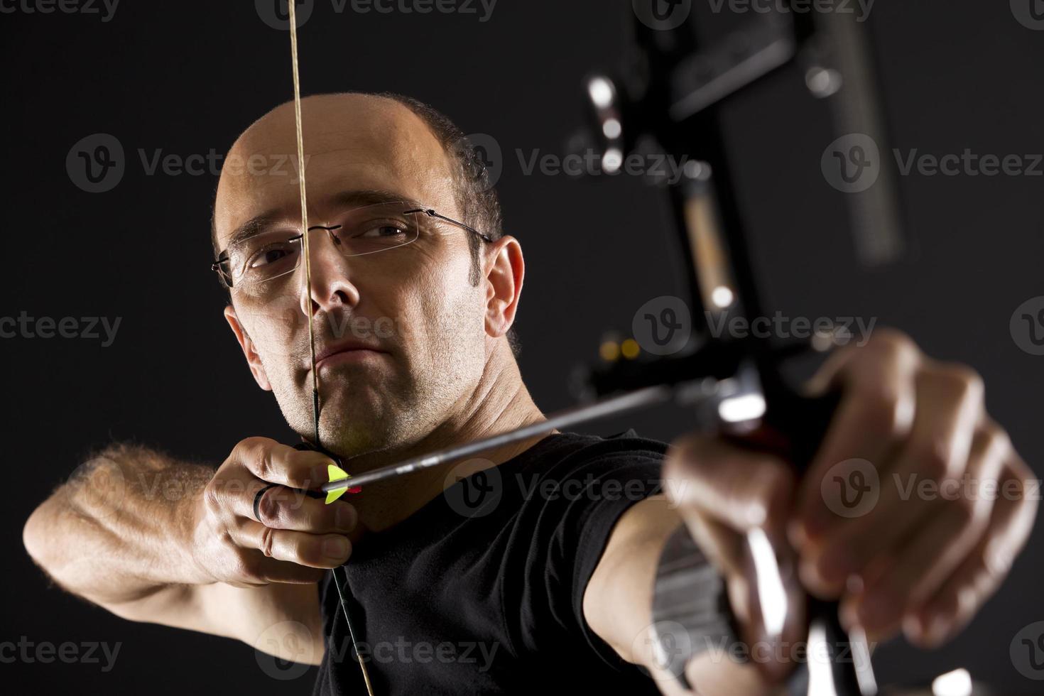 Bogenschütze zielend, Seitenansicht. foto
