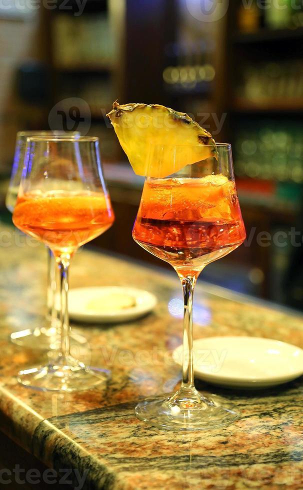 Alkohol-Aperitif mit einem Glaskelch an der Bar foto