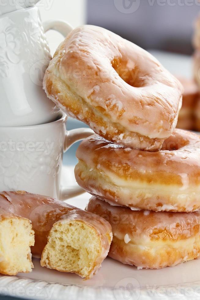 gestapelte Donuts und Tassen foto