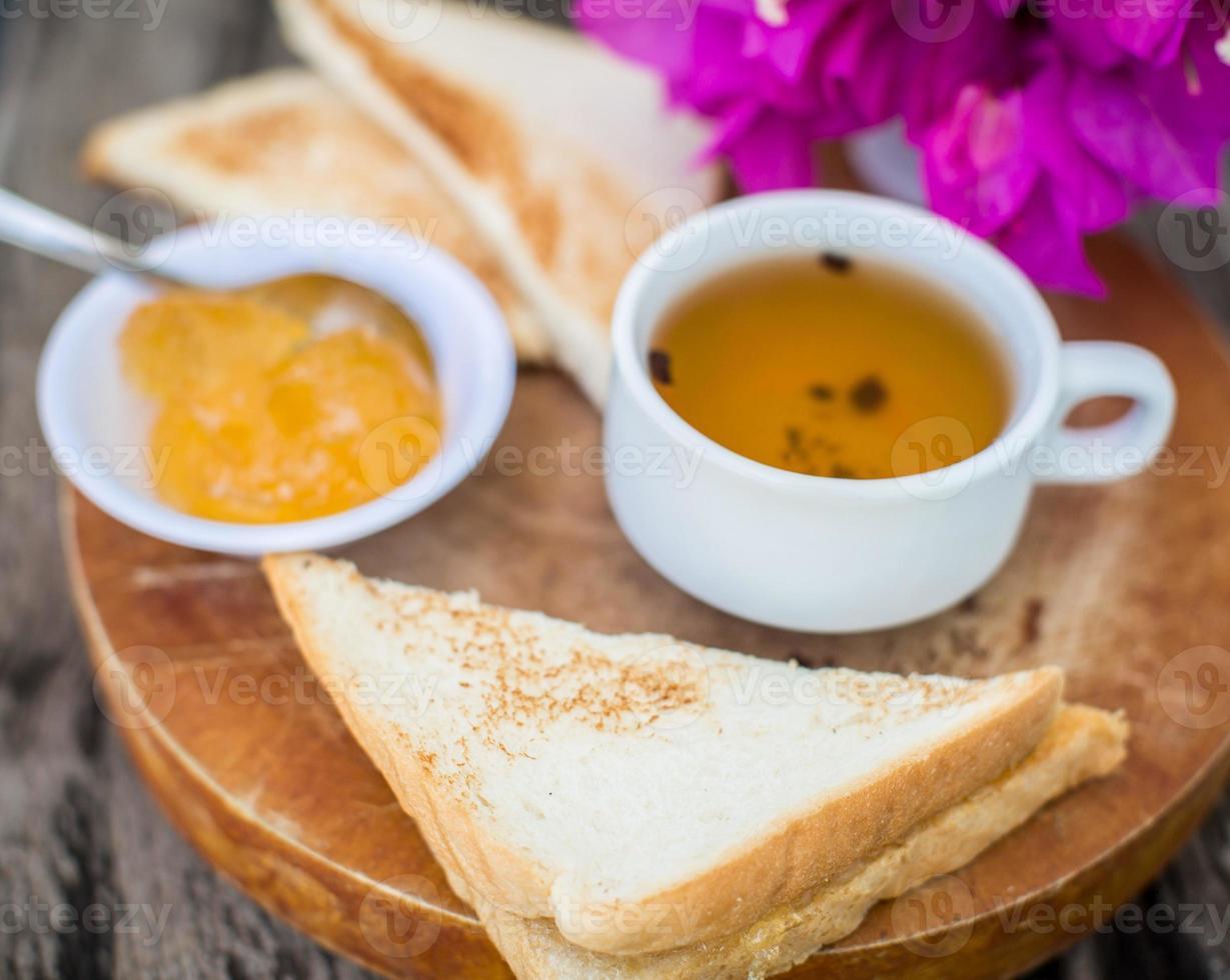 Toast mit Ananasmarmelade und Tee. Frühstück rustikal foto