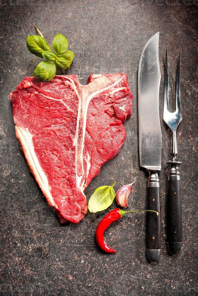 rohes frisches Fleisch T-Bone Steak foto