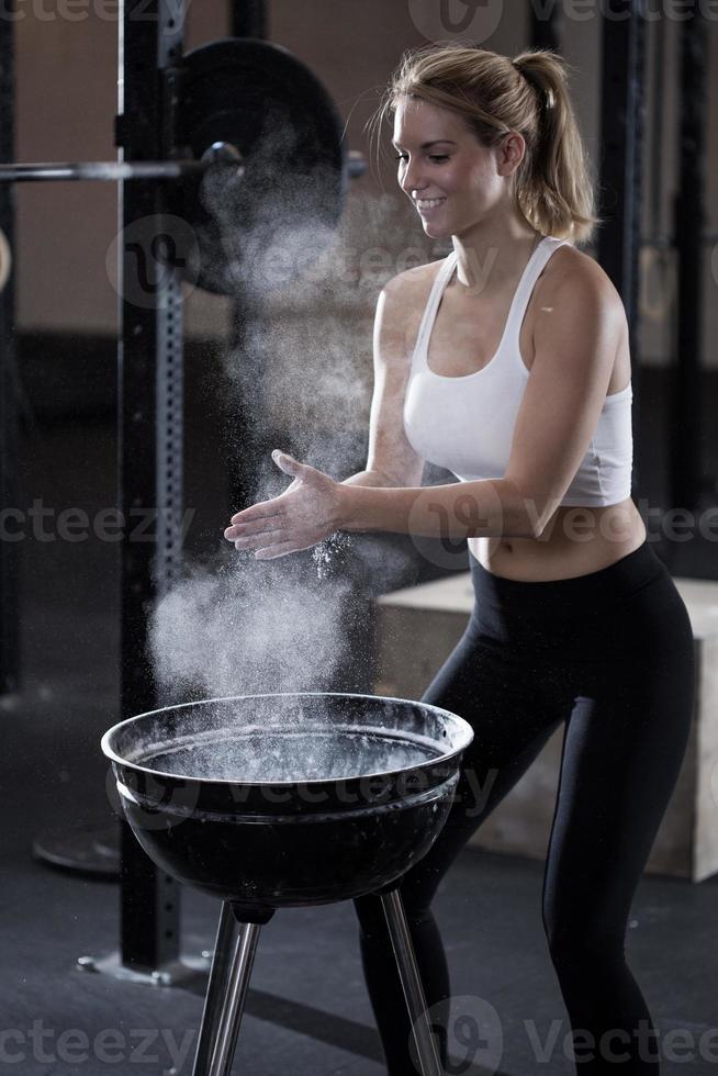 Frau während der Vorbereitung für das Gewichtheben foto
