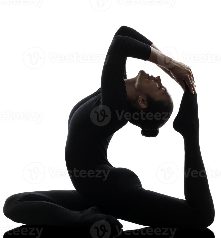 eka pada rajakapotasana einbeinige Königstaube Pose Yoga Frau foto