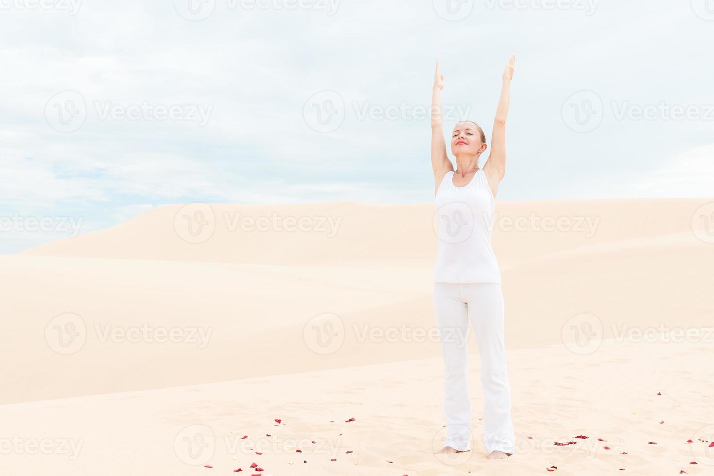junge Frau, die Yoga praktiziert foto