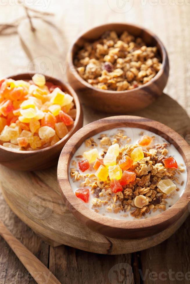 gesundes Müsli mit trockenen Früchten zum Frühstück foto