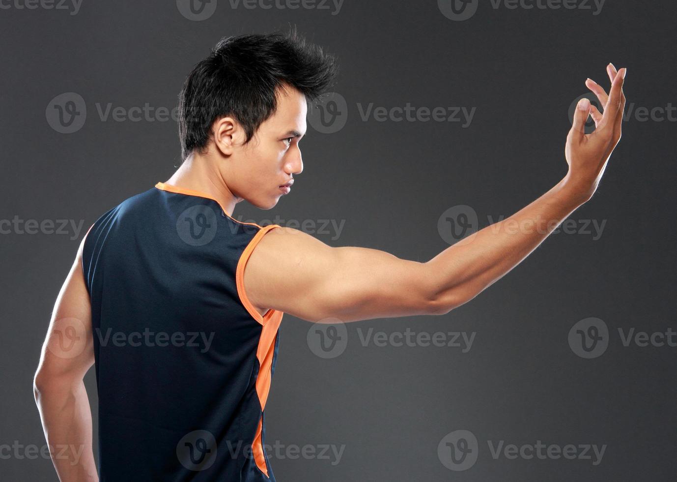 junger Mann macht Yoga foto
