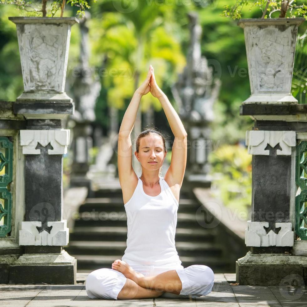 Frau meditiert Yoga foto