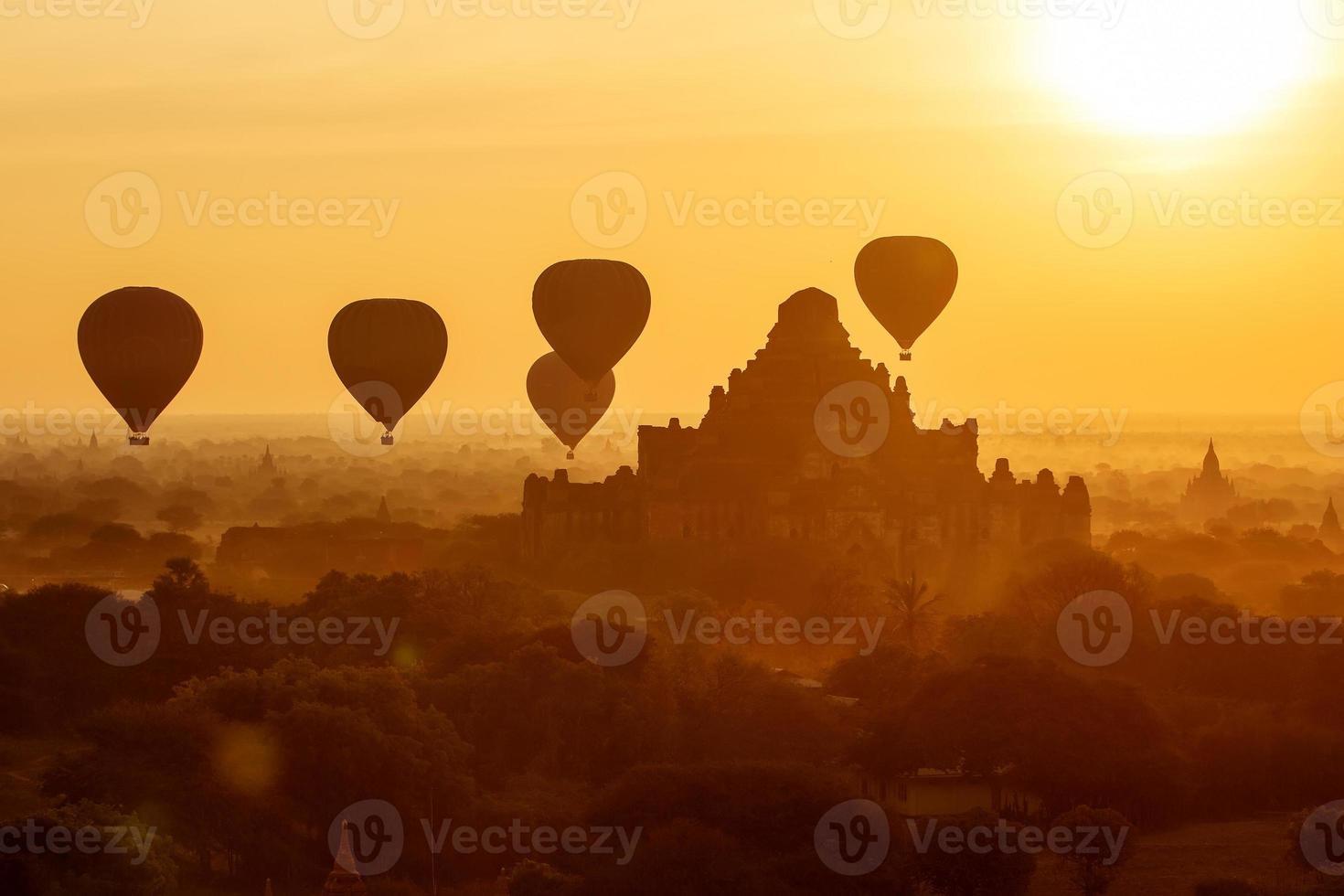 Luftballons über buddhistischen Tempeln bei Sonnenaufgang. Bagan, Myanmar. foto