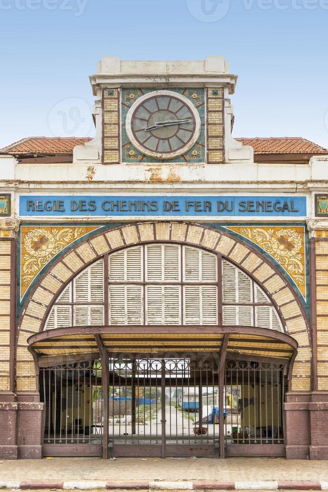 verlassener Bahnhof von Dakar, Senegal, Kolonialgebäude foto