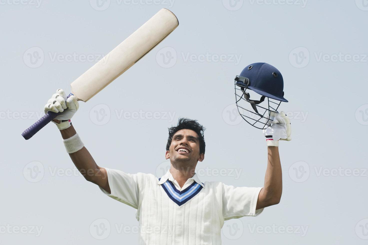 Cricket-Schlagmann feiert seinen Erfolg foto