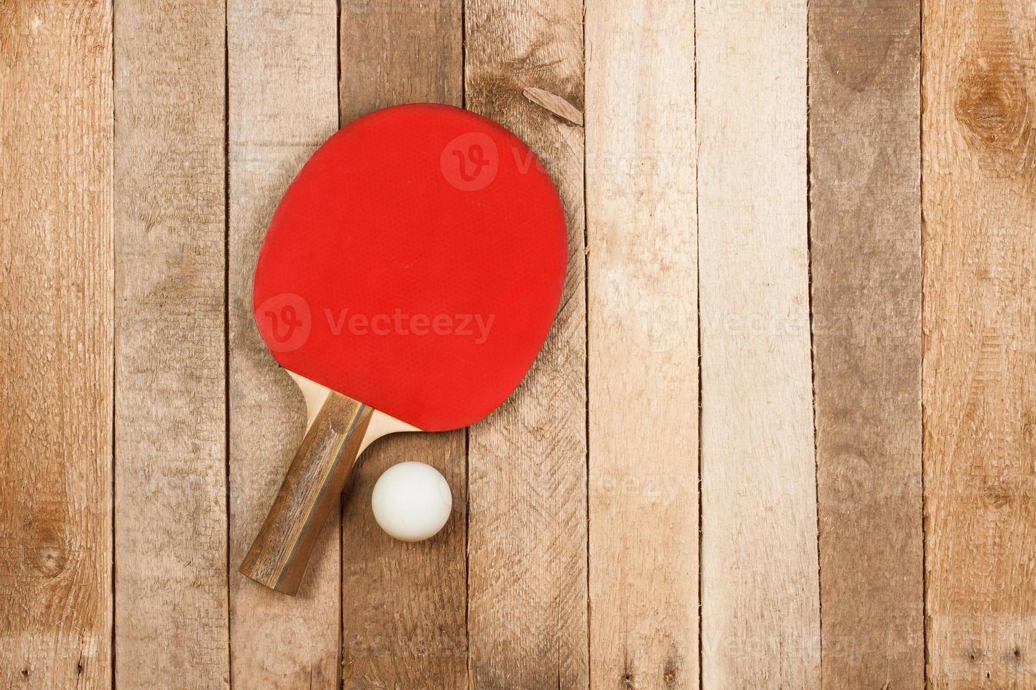 Tischtennispaddel und Ball foto