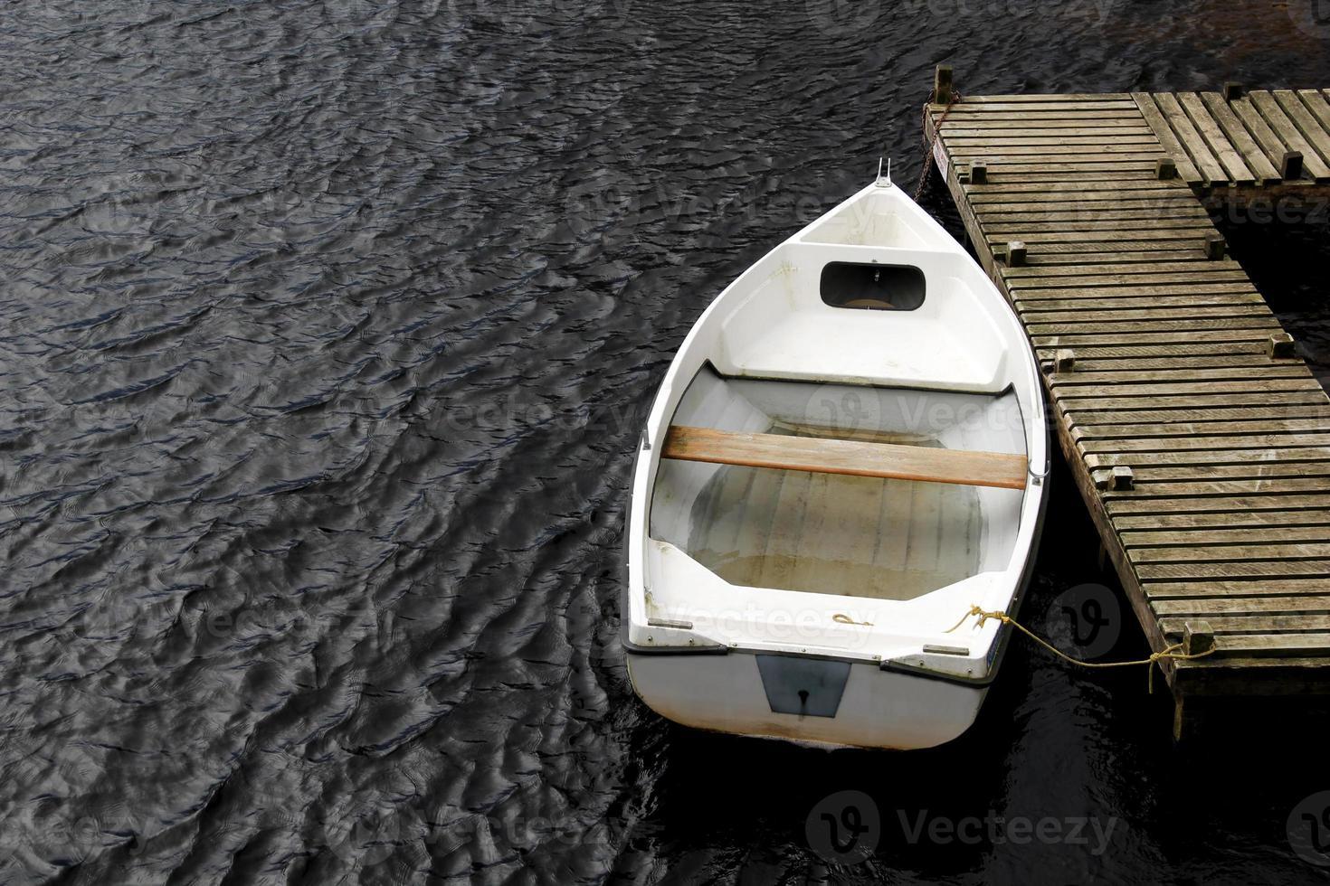 altes weißes Ruderboot foto