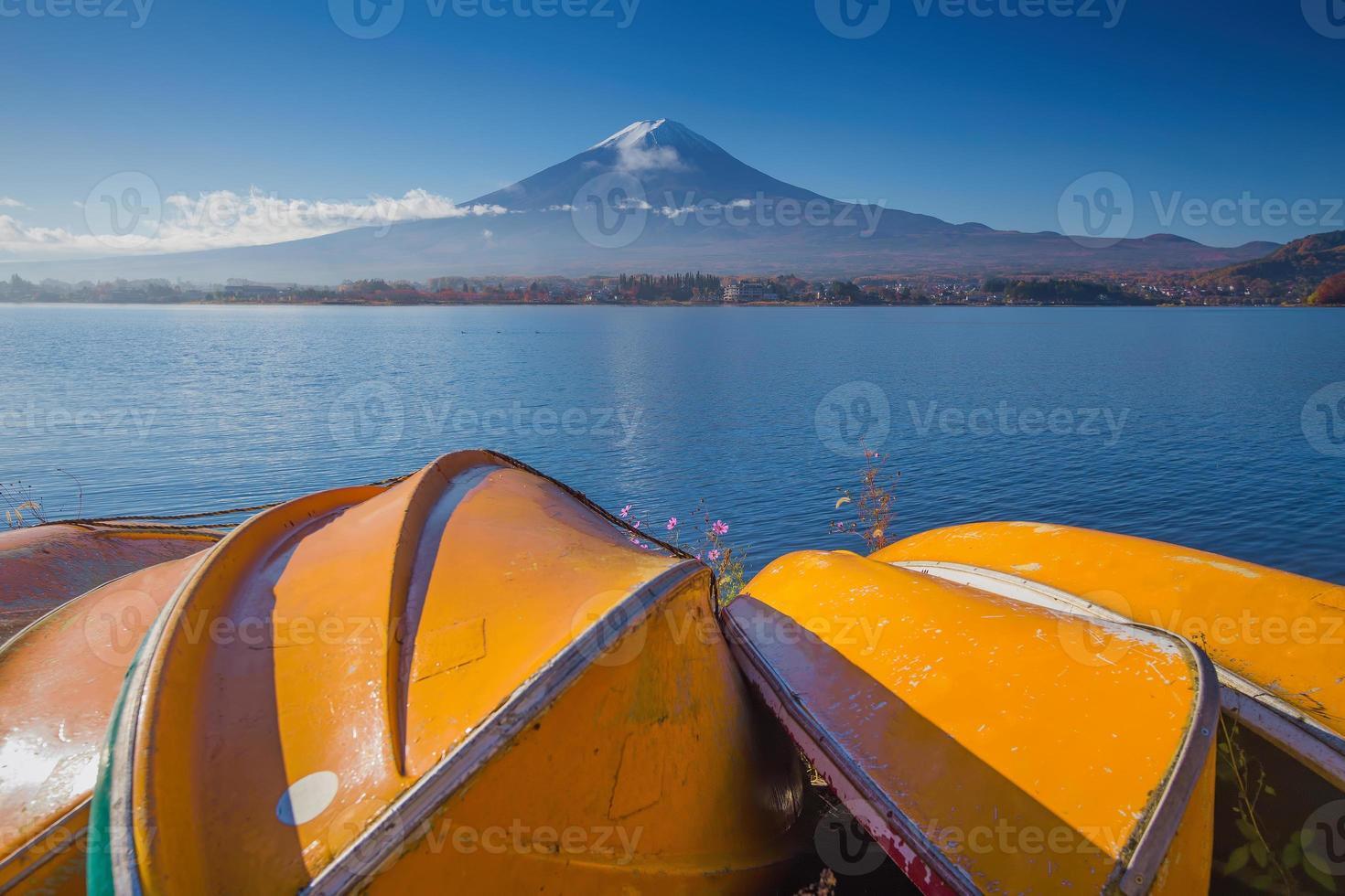 Berg Fuji mit gelben Ruderbooten foto