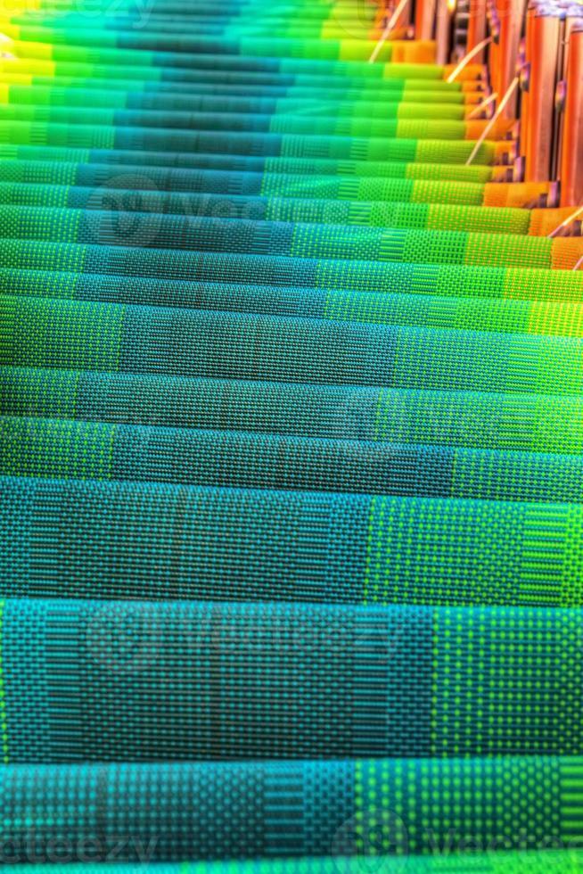 Reihe von Liegestühlen in HDR-Ton foto