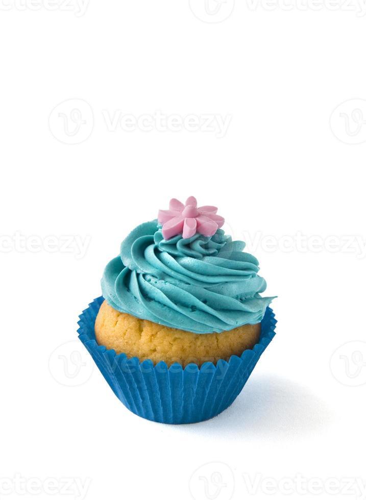blauer Cupcake in Reihe auf weißem Hintergrund foto