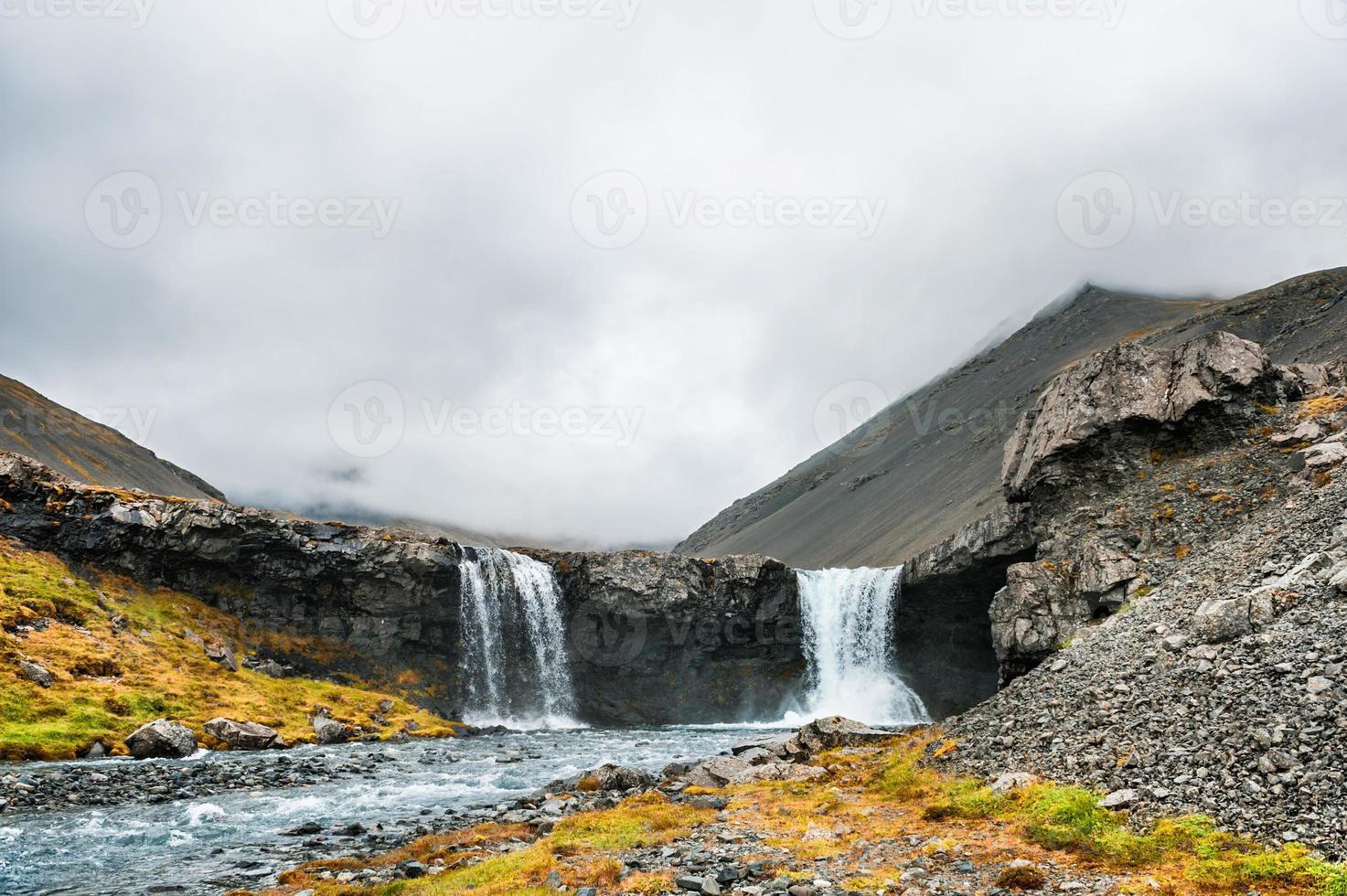 schöne Landschaft mit Bergen und Wasserfall. foto