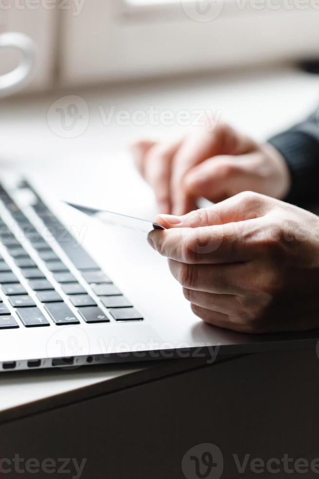Mann mit Laptop foto