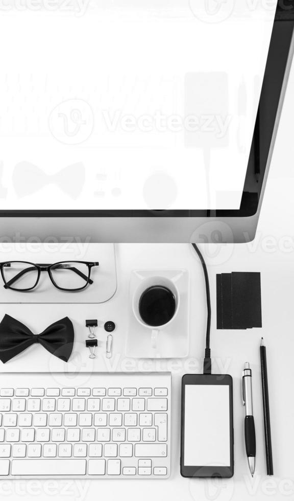 Nahaufnahme von Geschäftsobjekten in Ordnung auf weißem Schreibtisch. foto
