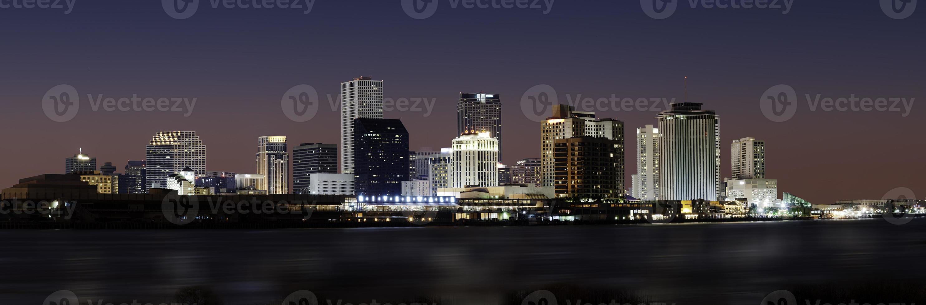 New Orleans Skyline in der Abenddämmerung foto