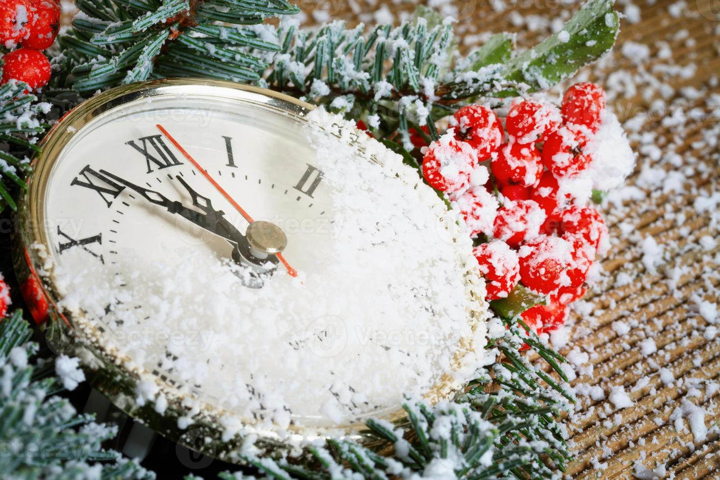 Weihnachtsuhr mit Winterdekoration foto