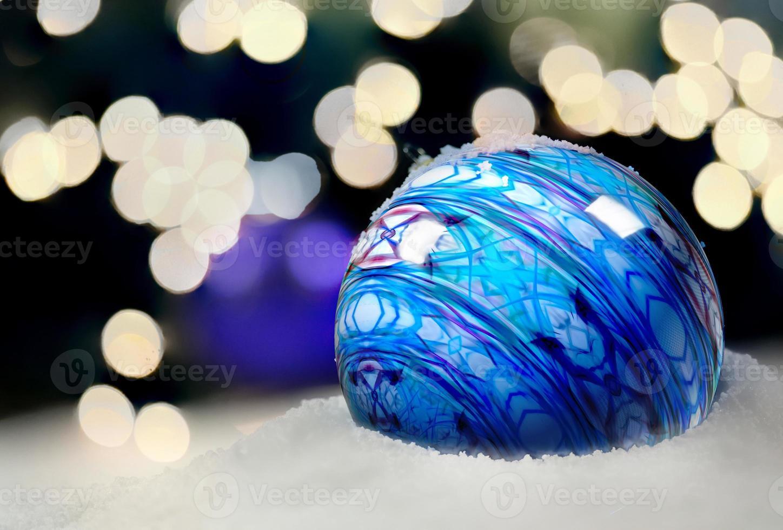 Weihnachtsschmuck im Schnee foto