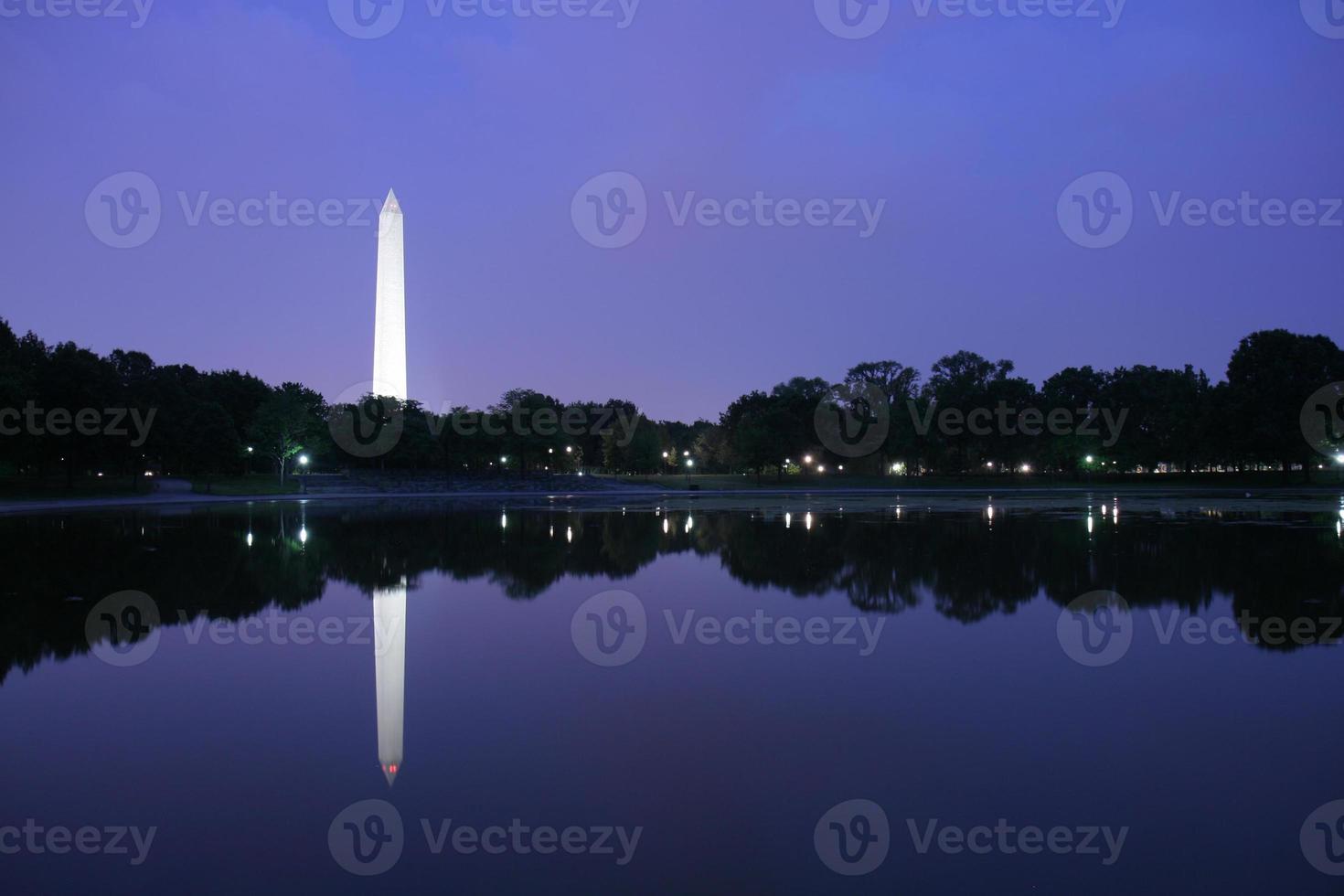 Washington Monument in der Dämmerung foto