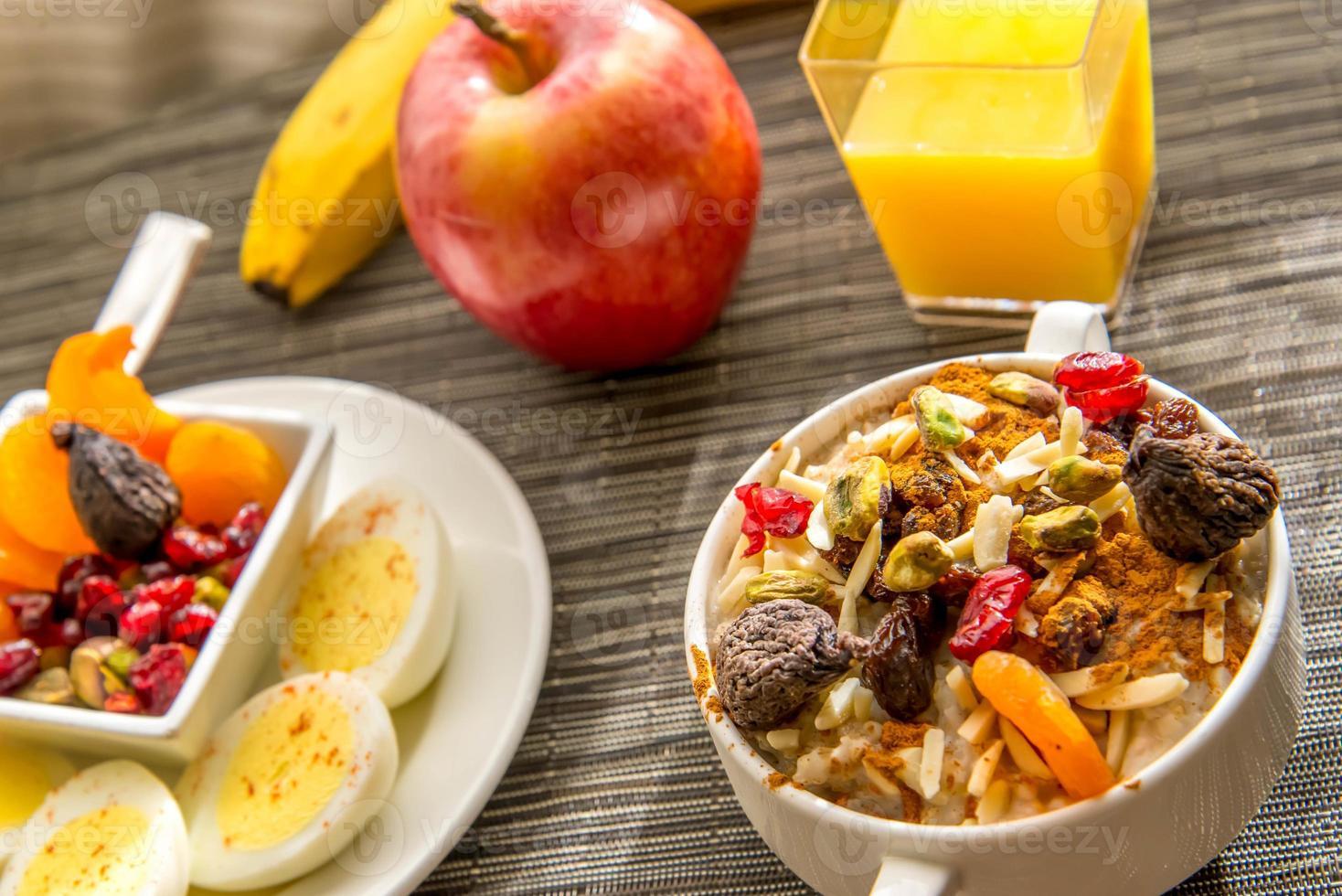 frisches Obst und Haferflocken mit gesunden Belägen zum Frühstück foto