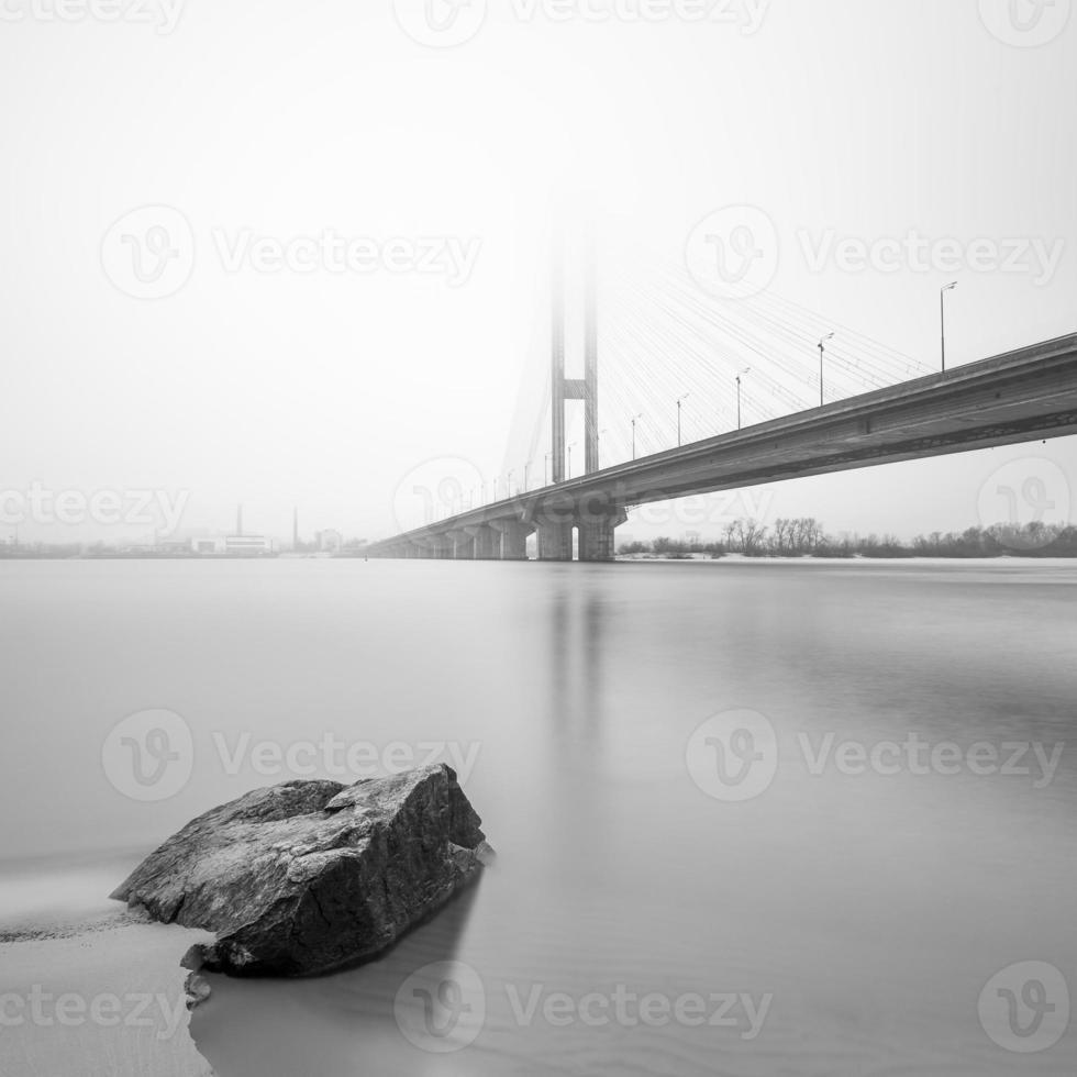 Südbrücke im Nebel. Ukraine. Kiew. foto