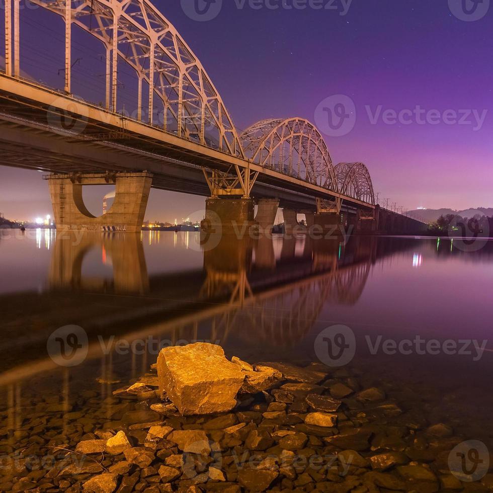 Eisenbahnbrückennacht. Ukraine. Kiew. foto