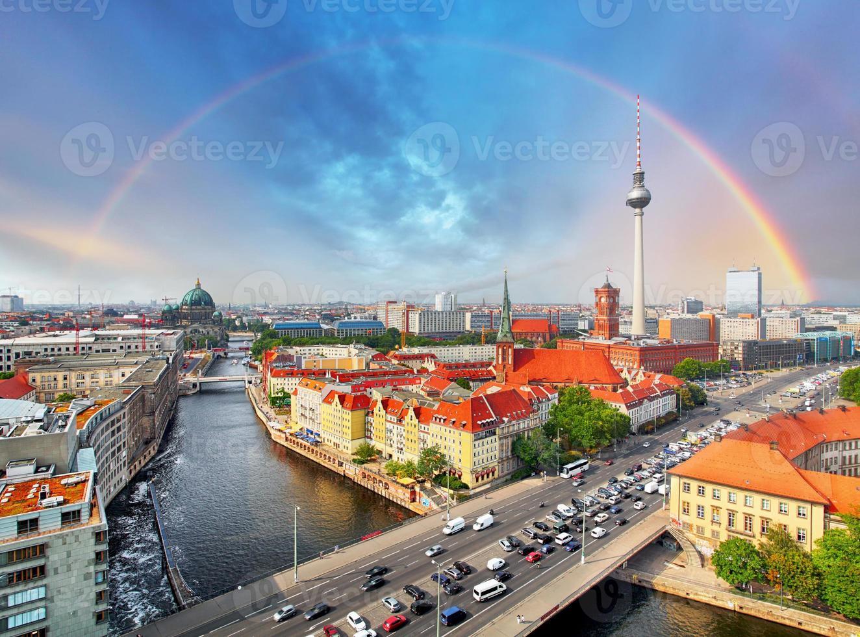 berlin stadt mit regenbogen, deutschland foto