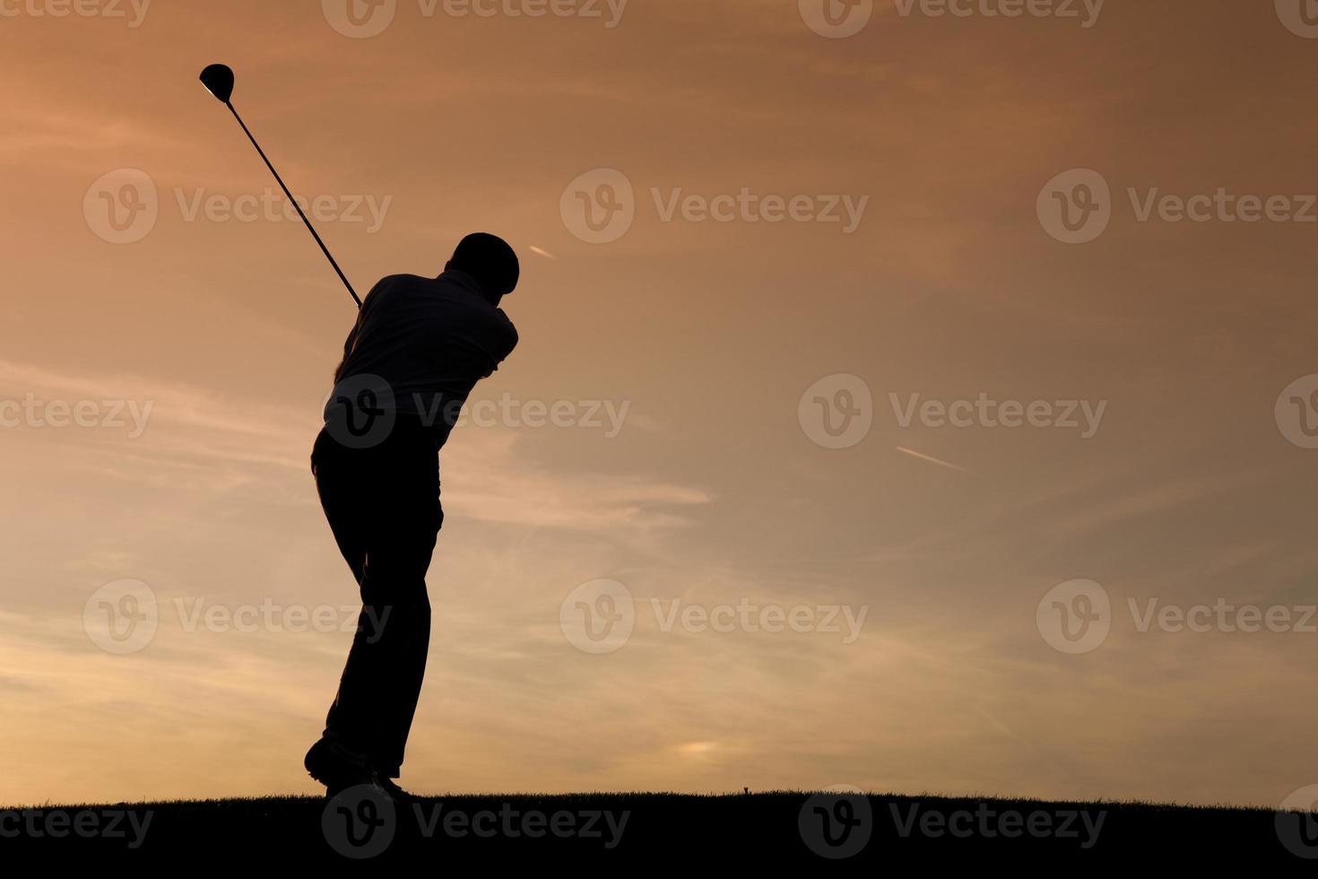 älterer Golfspieler bei Sonnenuntergang foto
