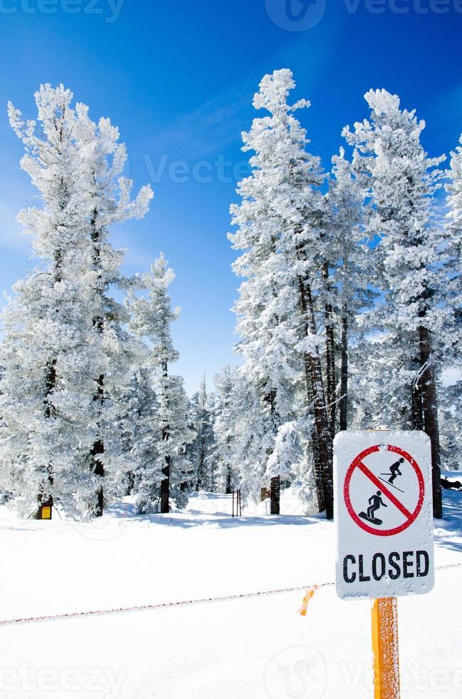 """""""Geschlossenes"""" Schild, das den Zugang über die Grenzen des Resorts hinaus einschränkt foto"""