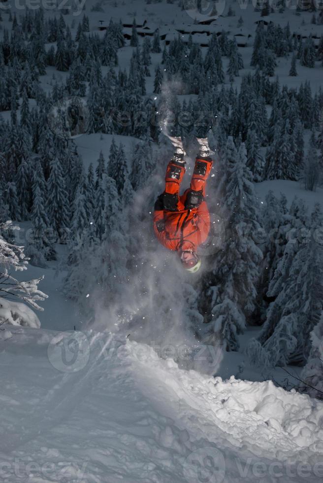 Skifahrer flippt von einer Klippe zurück foto