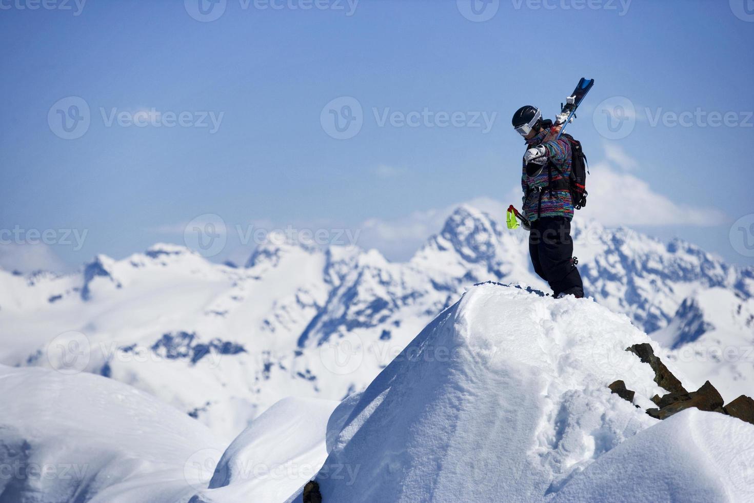 Skifahrer auf dem Berggipfel foto