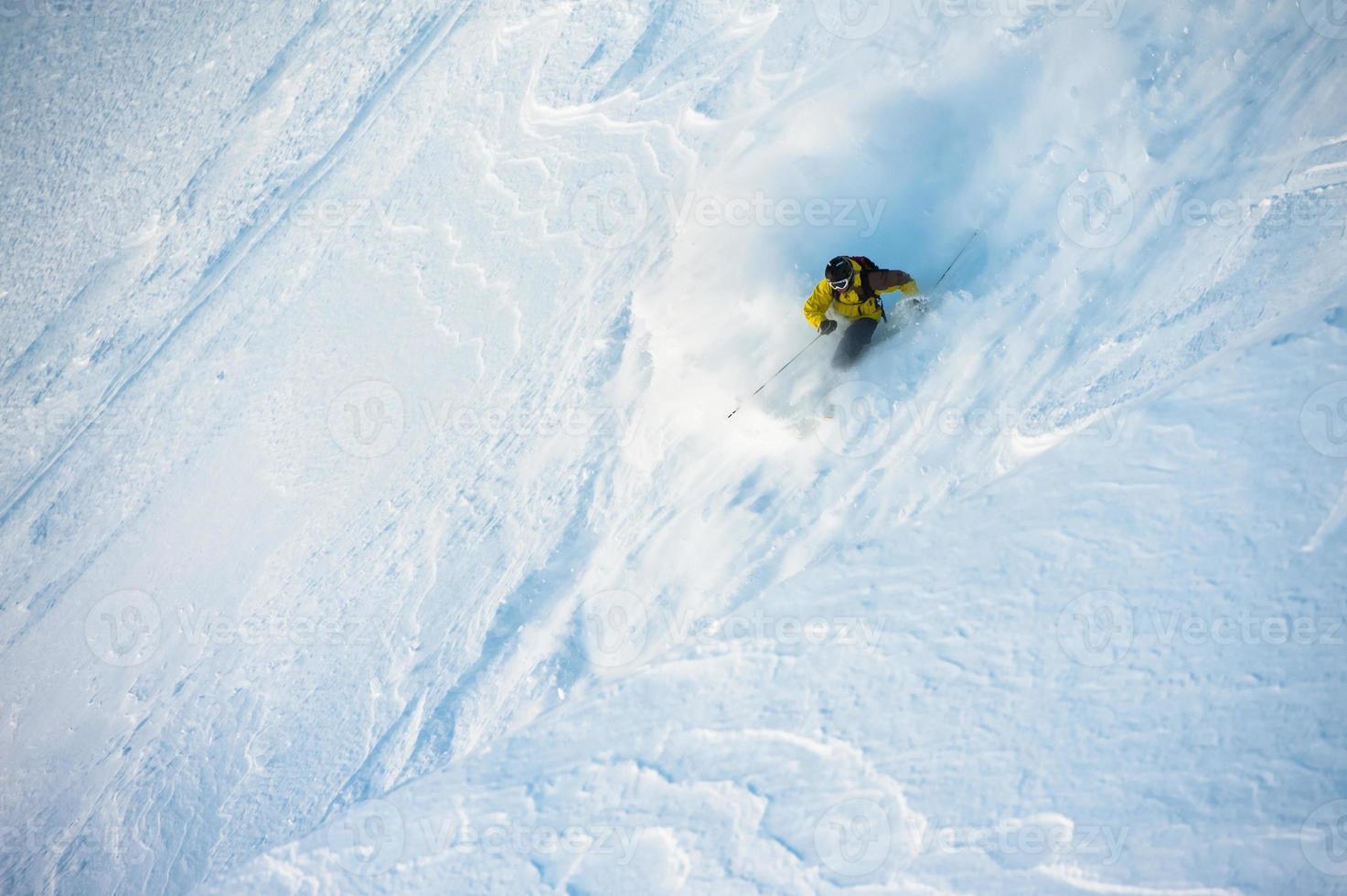 Skifahren im Pulverschnee foto