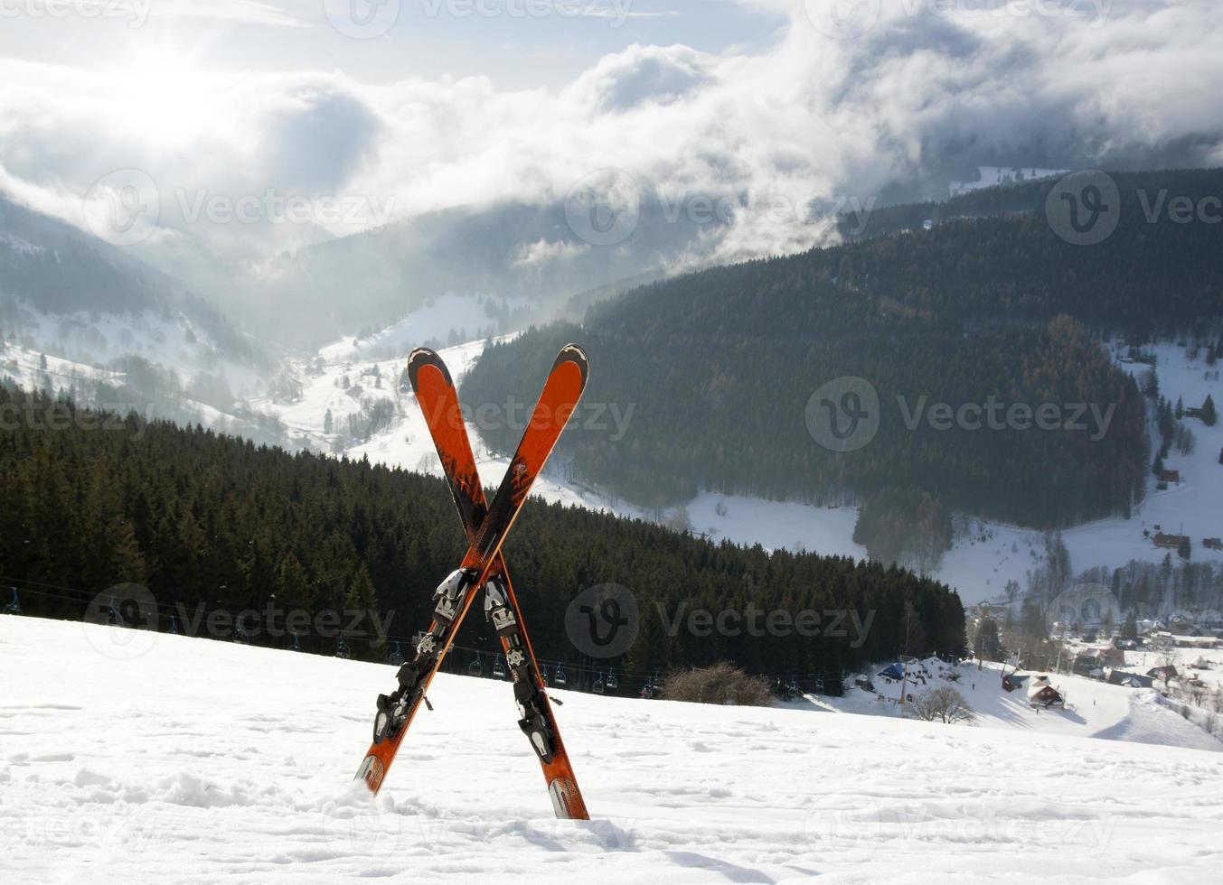 Paar Cross-Ski im Schnee, hohe Berge foto