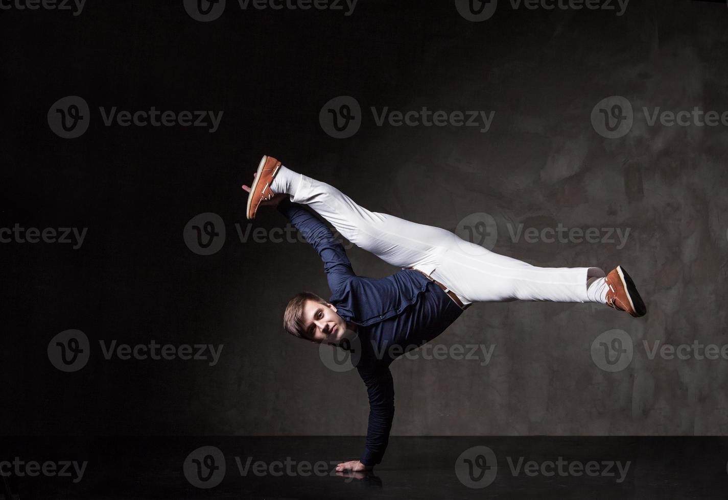 junger attraktiver Mann tanzt foto
