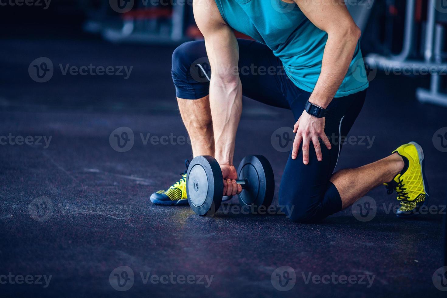 Sportlehrer im Fitnessstudio, der Übung macht foto