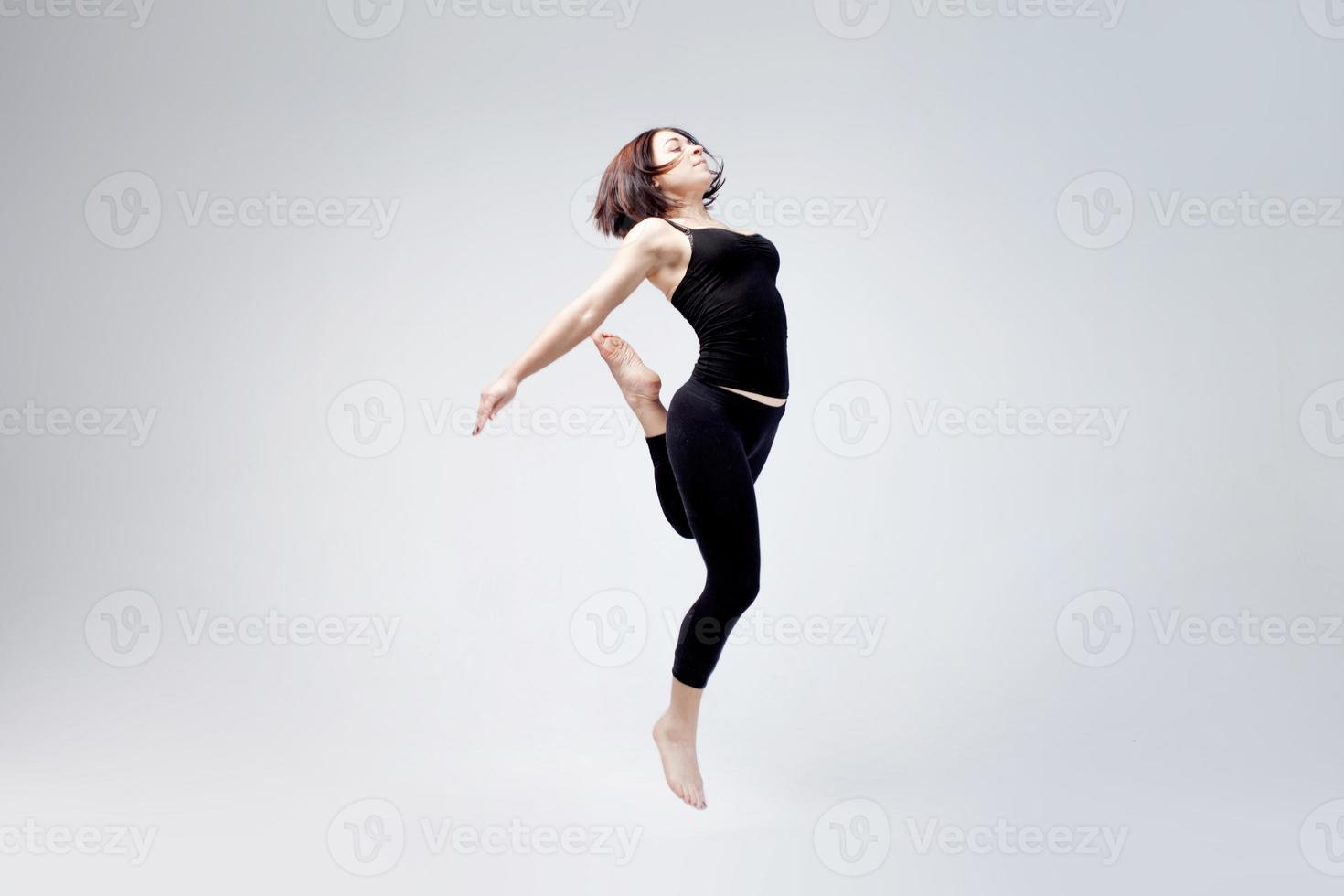 sportliches Mädchen posiert im Studio, Platz für Ihren Text auf foto