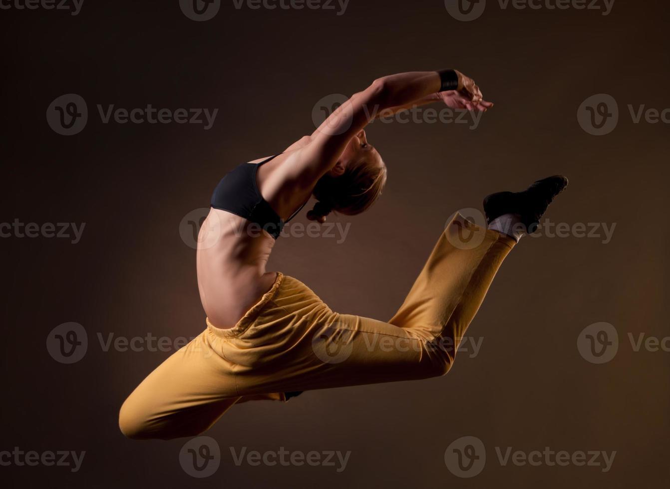 schöne Frau springt in die Spaltungen foto