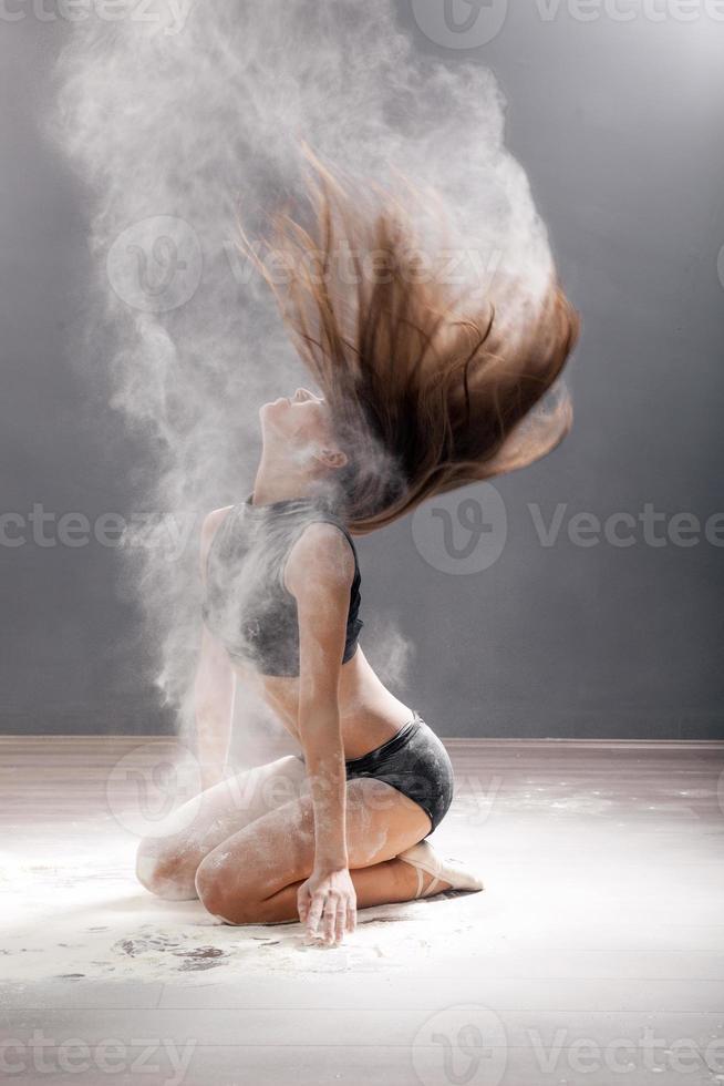 schmutzig im Mehl Tänzer, der auf einem Studiohintergrund aufwirft foto