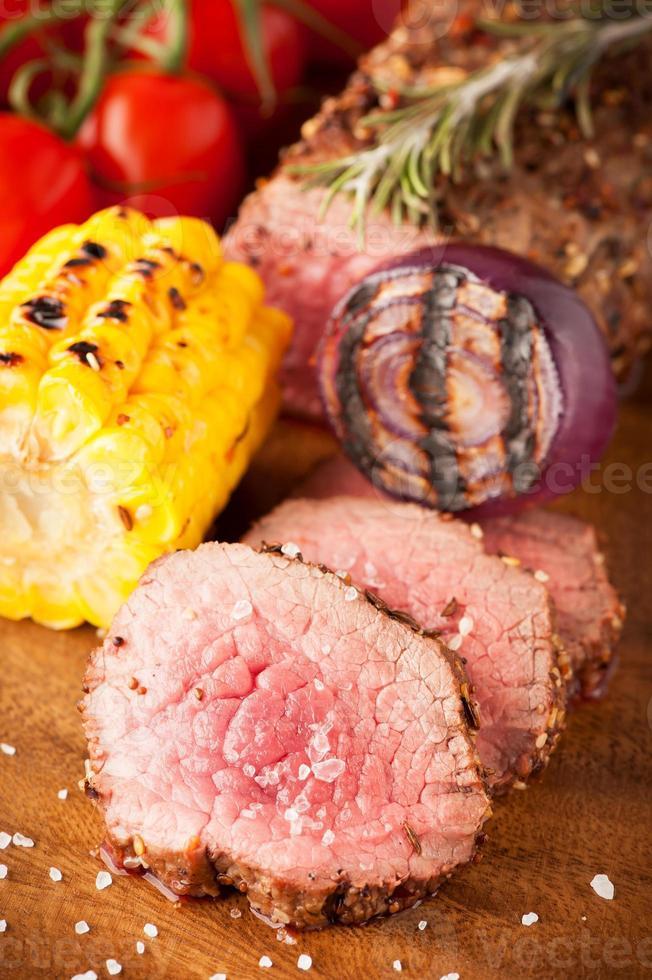 Roastbeef mit Kirschtomaten, Mais und Gewürzen foto