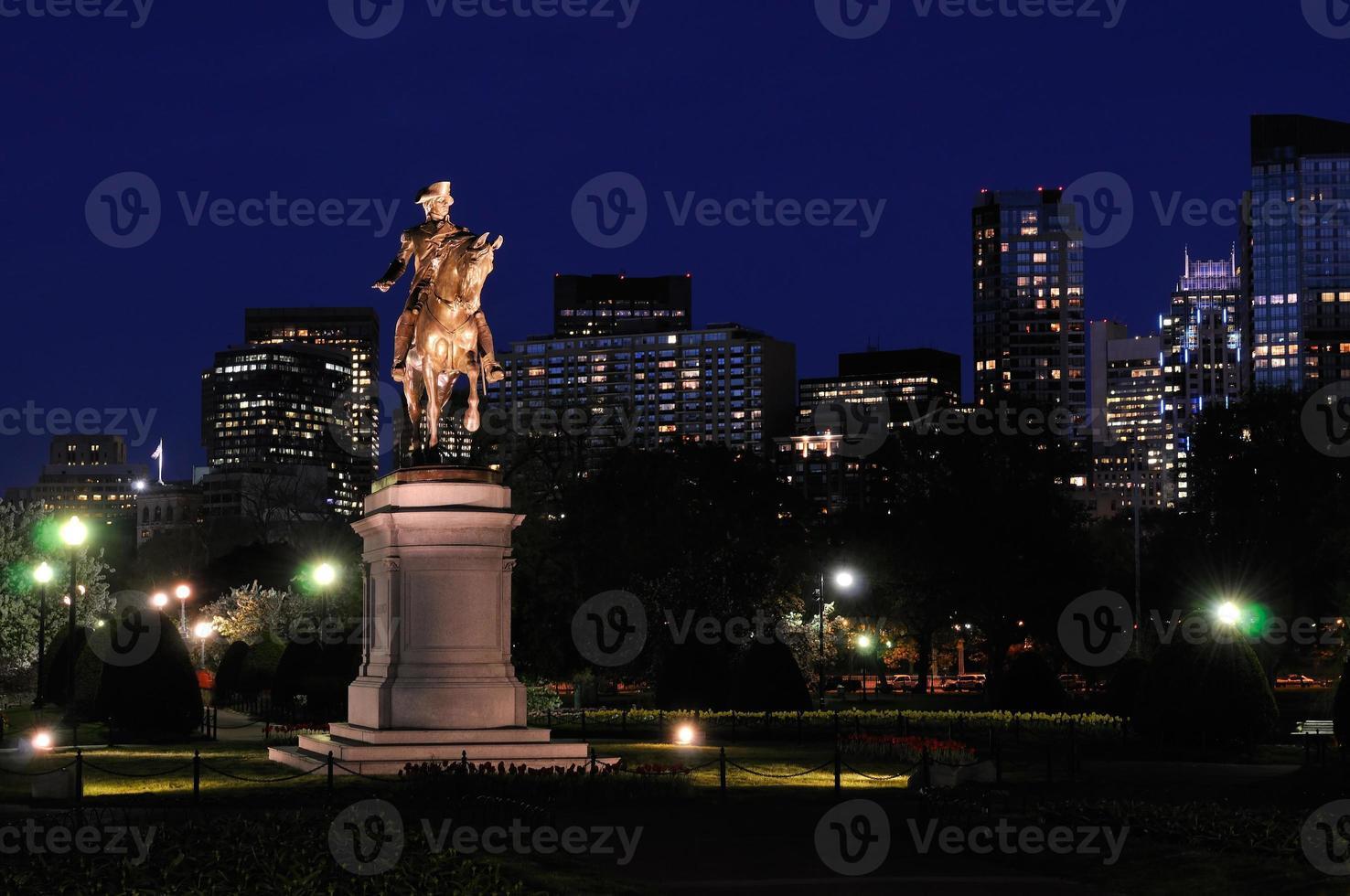 Boston Public Garden und Skyline der Stadt bei Nacht foto