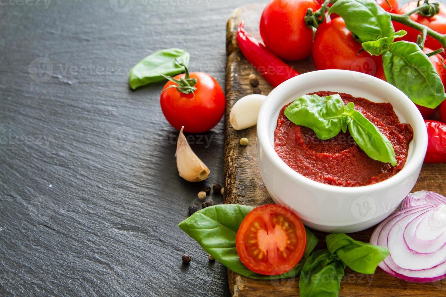 Zutaten für Tomatensauce - Kirschtomaten, Basilikum, Zwiebel, Knoblauch, Pfeffer foto