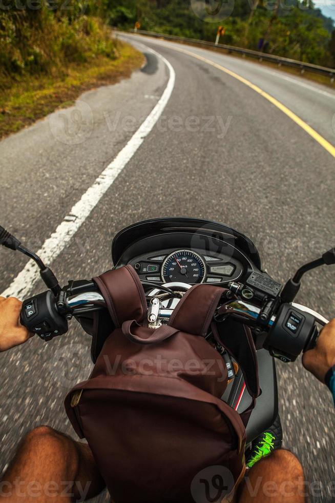 einen Roller fahren foto