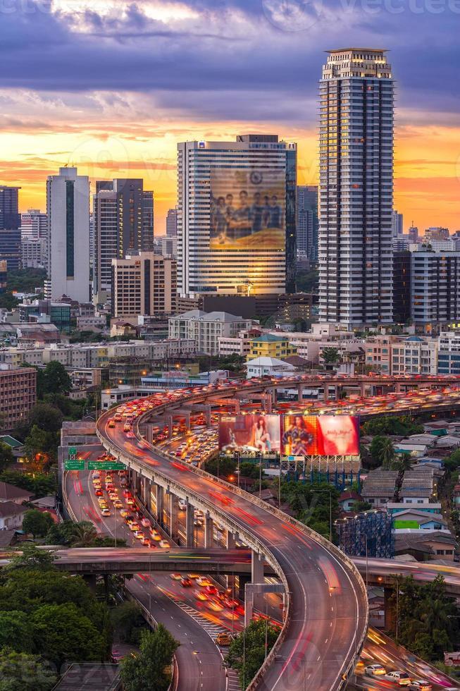 Landschaftsbau modernes Geschäftsviertel von Bangkok. s-förmig foto