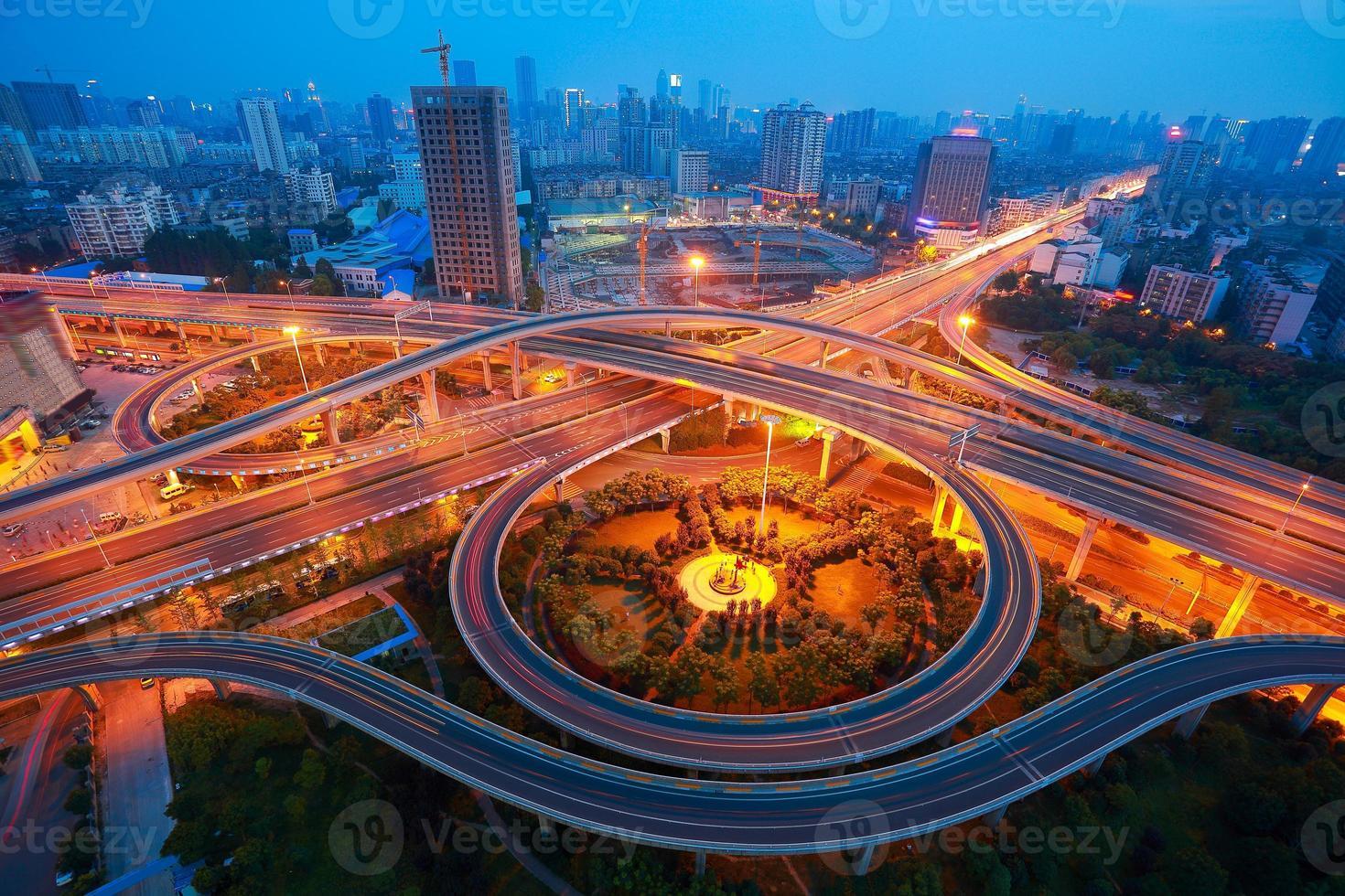 Luftaufnahme der Nachtaufnahme der Stadtviaduktstraße foto