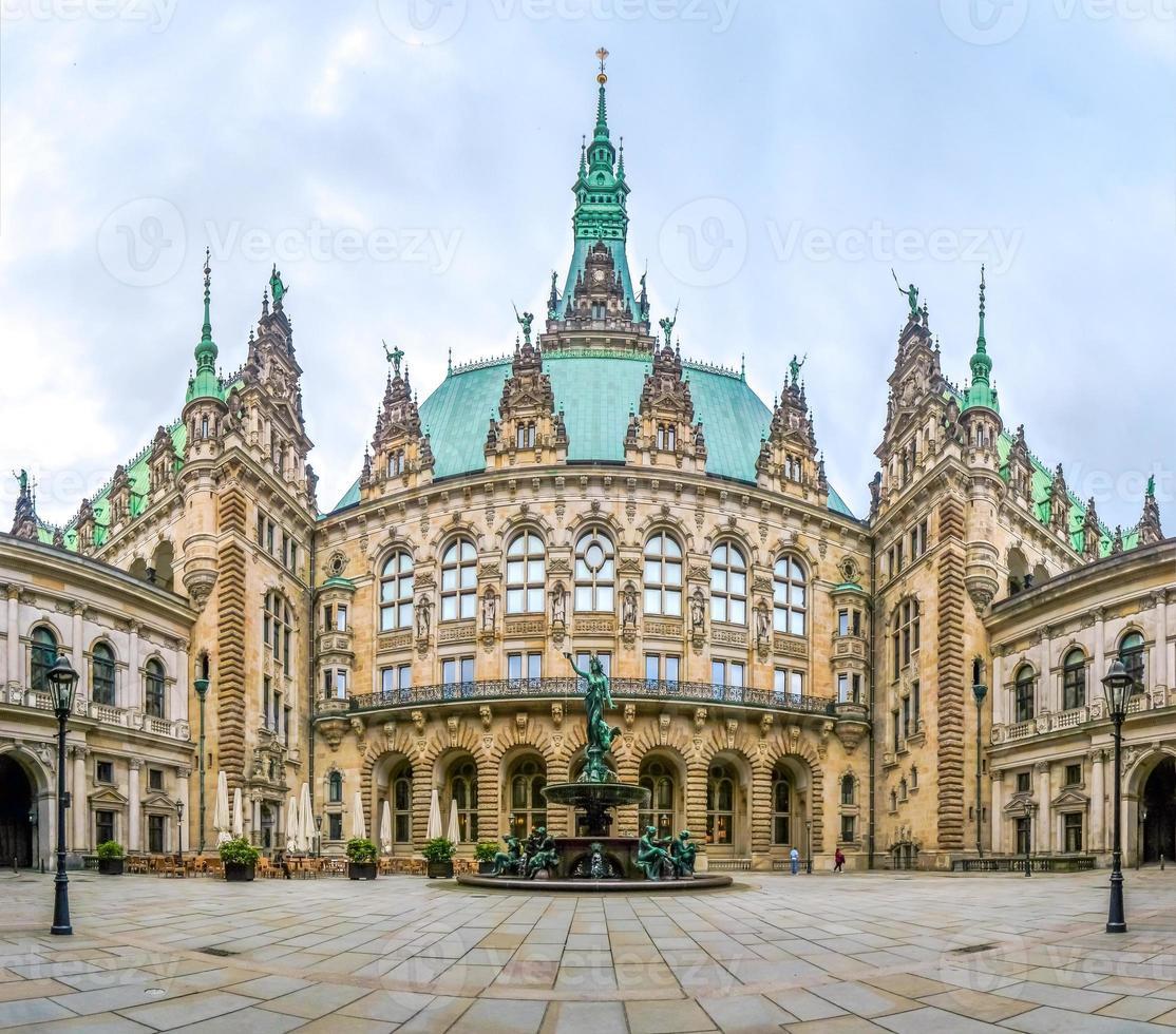 schönes Hamburger Rathaus mit Hygieia-Brunnen vom Hof, Deutschland foto