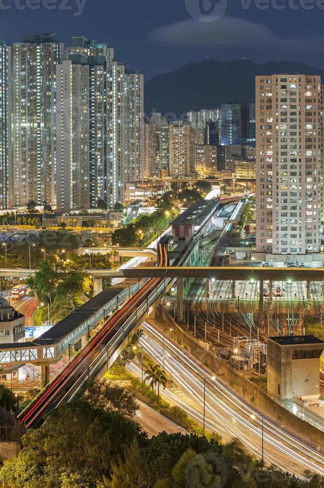 Wohngebäude und Autobahn foto