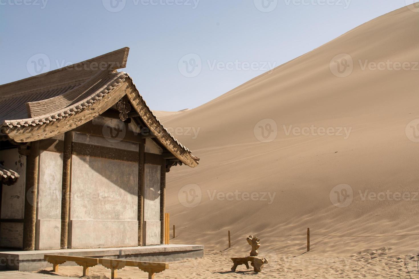 chinesischer Pavillon nahe Sanddünen in der Wüste, Dunhuang, China foto
